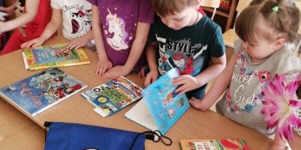 """Сотрудничество с детской библиотекой – проект """"Книжный рюкзачок"""""""